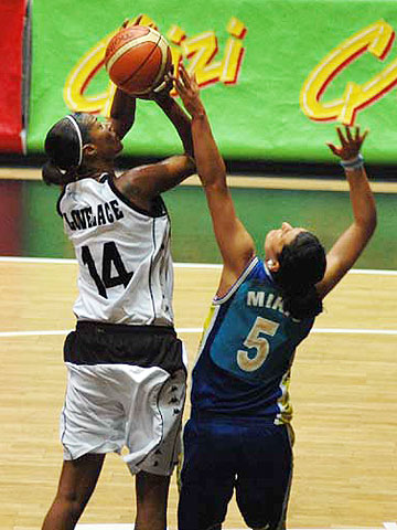 Stacey Lovelace-Tolbert (Besiktas Cola Turka)